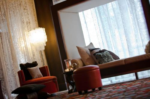 A seating area at Renaissance New Orleans Pere Marquette French Quarter Area Hotel