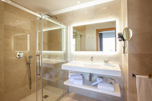 A bathroom at Grupotel Playa de Palma Suites & Spa