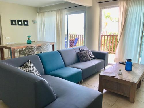 Uma área de estar em Palapa Beach Resort Curacao