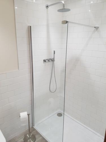 A bathroom at Manor House Inn