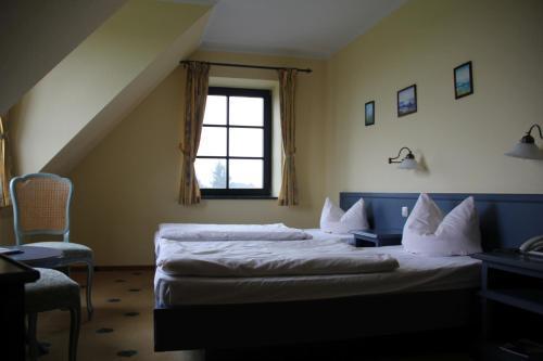 Ein Bett oder Betten in einem Zimmer der Unterkunft Müritz Landhotel Grüner Baum