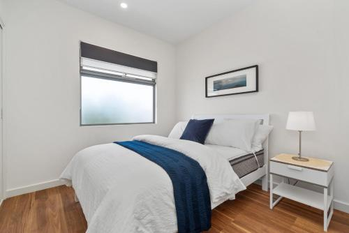 A bed or beds in a room at Rosewater Townhouses Dromana