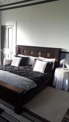 A bed or beds in a room at Gardenvale Manor House B&B