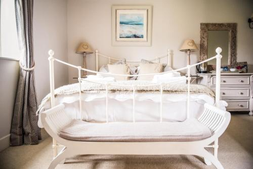 A bed or beds in a room at White Horse Graffham