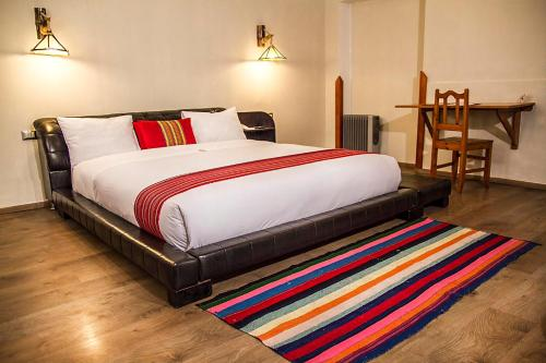 A bed or beds in a room at Hotel Monasterio San Pedro