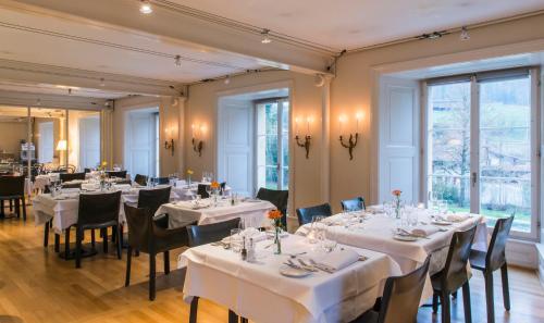 Ein Restaurant oder anderes Speiselokal in der Unterkunft Schloss Münchenwiler