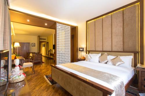 A bed or beds in a room at Hotel Shangri-La, Kathmandu