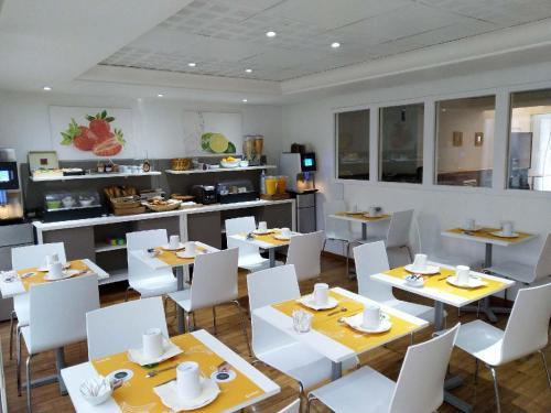 Een restaurant of ander eetgelegenheid bij Aparthotel Adagio Access Marseille Prado Périer