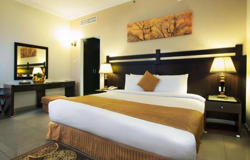 سرير أو أسرّة في غرفة في Al Hayat hotel Suites