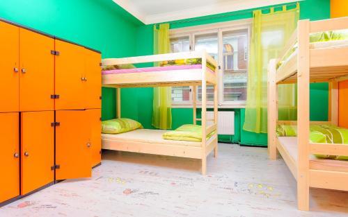 Letto o letti a castello in una camera di Old Prague Hostel