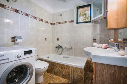 A bathroom at Apartment Voula Myrtos