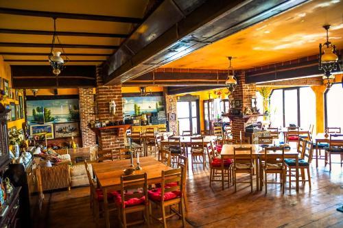 Un restaurant sau alt loc unde se poate mânca la La Toscana Rustica