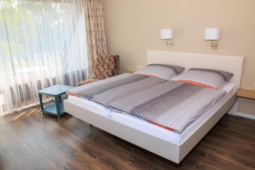 Ein Bett oder Betten in einem Zimmer der Unterkunft Hotel Zur Suhle