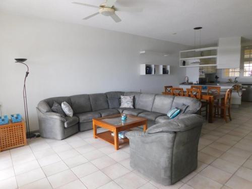 Uma área de estar em Royal Palm Resort Curacao