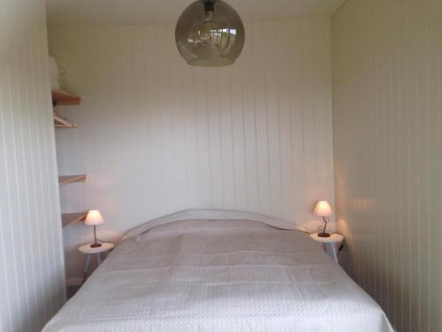 A bed or beds in a room at Sumarhúsin Signýjarstöðum