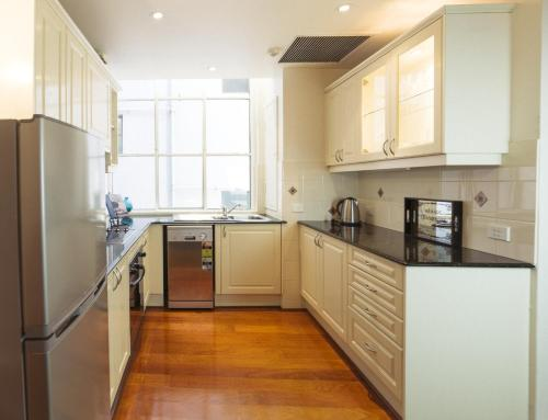 A kitchen or kitchenette at Cliveden 1004