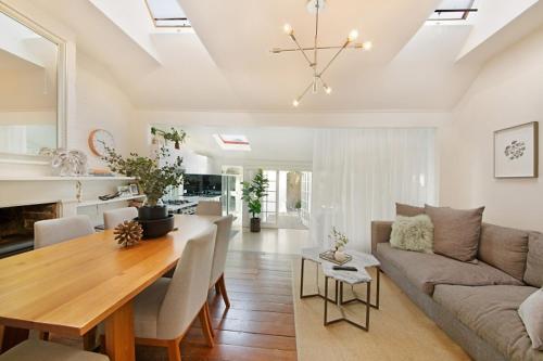 A seating area at Luxury Designer Paddington Cottage + FREE WIFI
