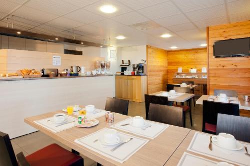A restaurant or other place to eat at Séjours & Affaires Genève Gex Les Rives Du Léman