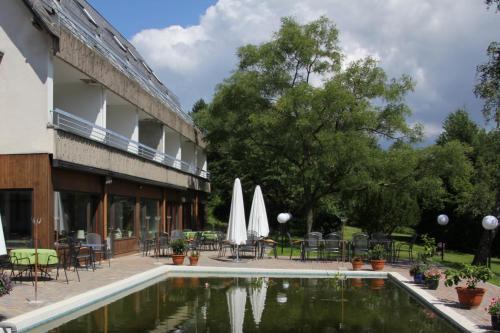 Der Swimmingpool an oder in der Nähe von Hotel Zur Suhle