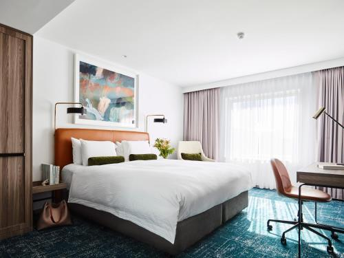 A bed or beds in a room at Novotel Sydney Darling Square