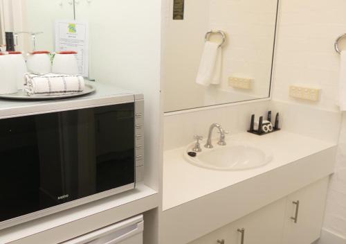 A bathroom at Ballina Byron Islander Resort and Conference Centre