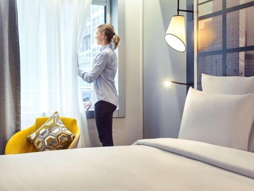 Cama ou camas em um quarto em Mercure Paris la Défense Grande Arche