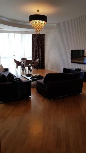 Uma área de estar em Sapphire Deluxe Apartment