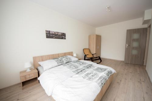 A bed or beds in a room at Apartament Zebcowska
