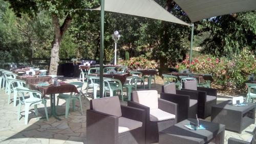 Restaurant ou autre lieu de restauration dans l'établissement Camping CHARLEMAGNE