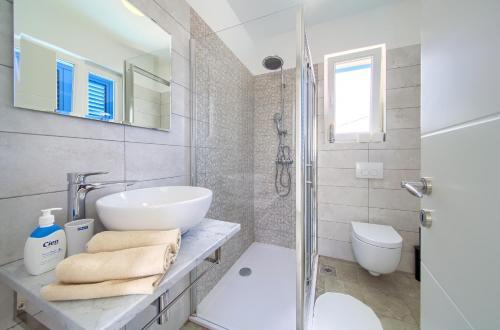 A bathroom at Apartments Mali Nono