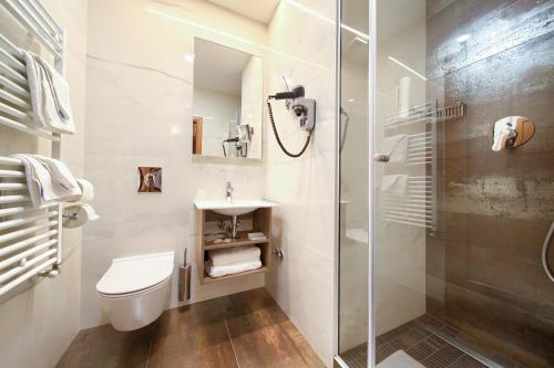 Ein Badezimmer in der Unterkunft Hotel Kanajt