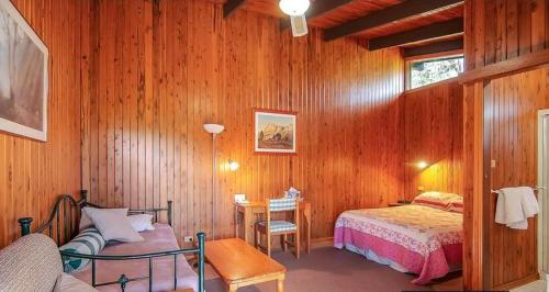 A bed or beds in a room at Ferndale Country Retreat