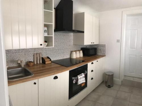 A kitchen or kitchenette at BEAUTIFUL HOME, NEWLY REFURBISHED, 3 BEDROOM HOUSE near Alton Towers, Wedgwood museum, Universities