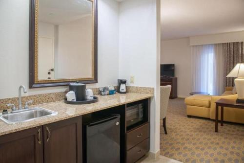 A kitchen or kitchenette at Hampton Inn & Suites Mobile - Downtown Historic District