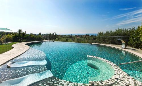 The swimming pool at or close to Villa Benedita