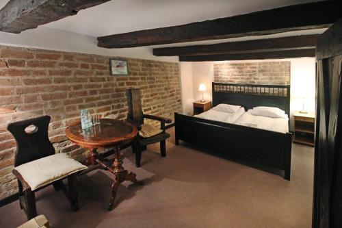 Łóżko lub łóżka w pokoju w obiekcie Zamek Reszel