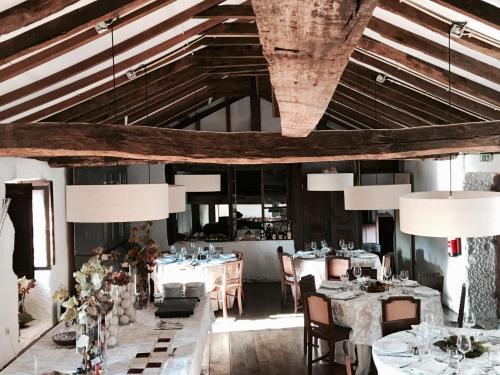 Um restaurante ou outro lugar para comer em Quinta do Rapozinho