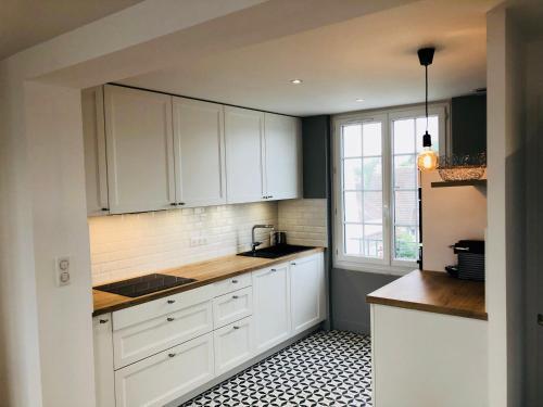 A kitchen or kitchenette at Appartement vue mer refait à neuf