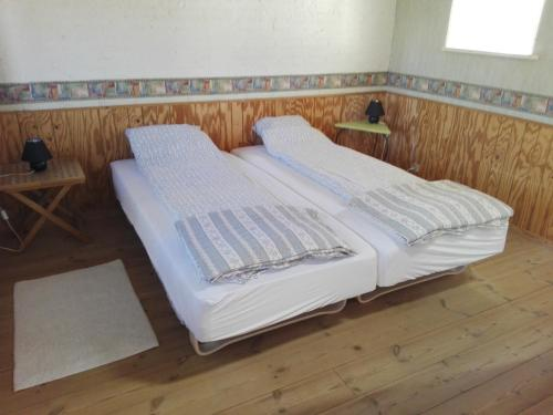 A bed or beds in a room at Moen Oekologisk Bed & Breakfast