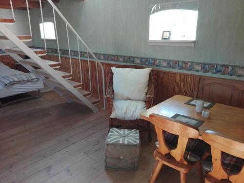 A seating area at Moen Oekologisk Bed & Breakfast