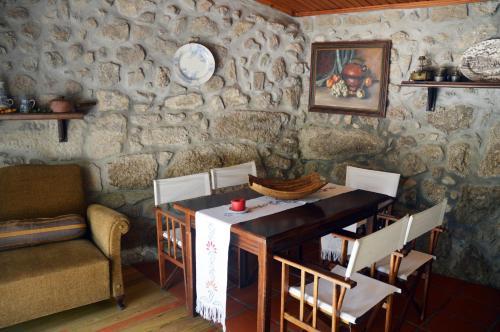 Um restaurante ou outro lugar para comer em Casa Do Carvalho