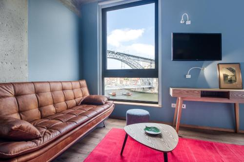 A seating area at Bridge It - Suites & Views