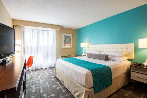 A bed or beds in a room at Howard Johnson by Wyndham by the Falls Niagara Falls