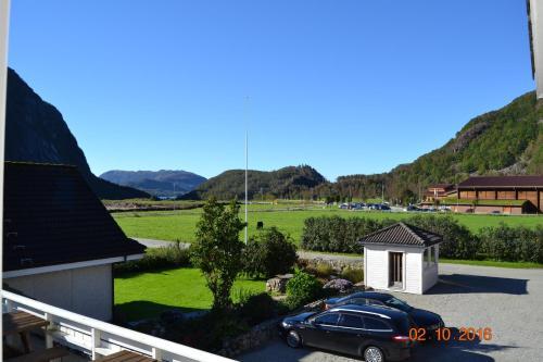 Utsikt mot fjell, enten fra feriegården eller fra et annet sted