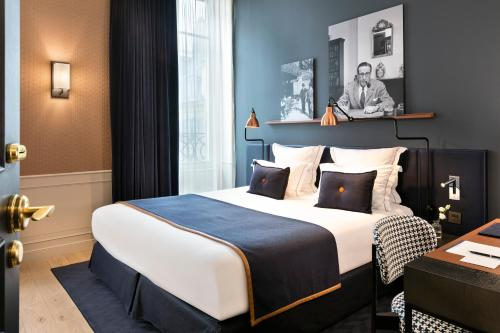 A bed or beds in a room at Hôtel Square Louvois