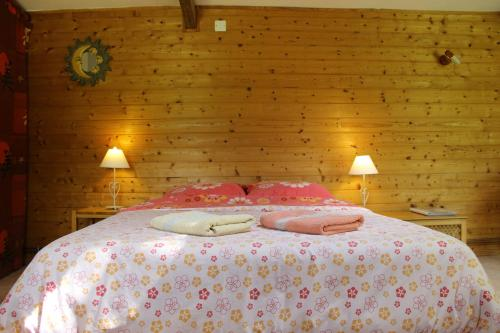 A bed or beds in a room at Les Mésanges