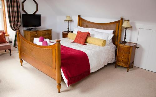 A bed or beds in a room at RossMor Bed & Breakfast