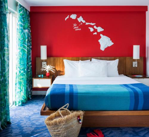 A bed or beds in a room at Shoreline Hotel Waikiki - No Resort Fee