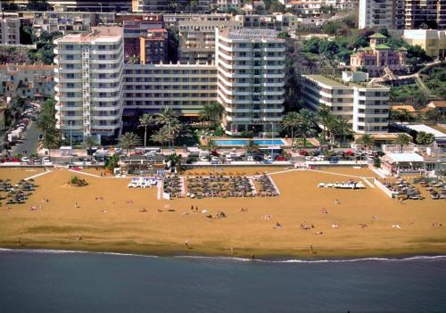 Een luchtfoto van Hotel Apartamentos Bajondillo