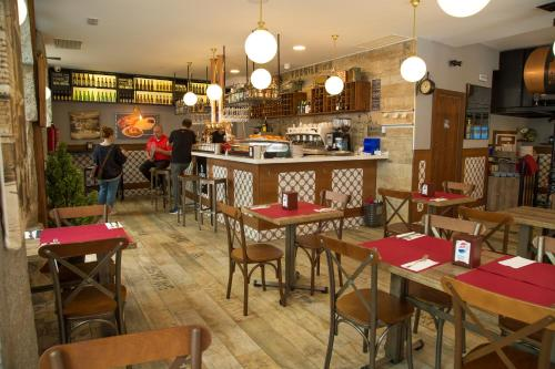 A restaurant or other place to eat at JC Rooms Chueca